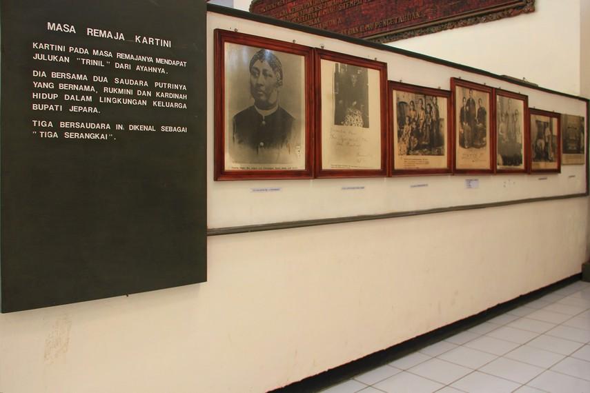 Foto-foto kenangan keluarga Kartini bisa pengunjung lihat di salah satu sudut dinding museum