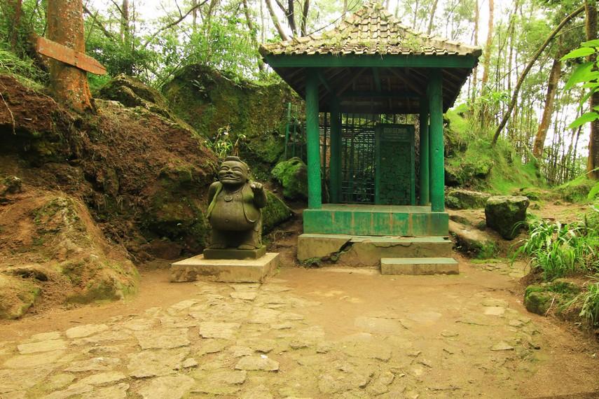 Goa Semar merupakan yang paling sering dikunjungi. Dinamakan 'gua semar' karena yang bermeditasi akan mendapatkan wahyu 'kasampurnaning jati'