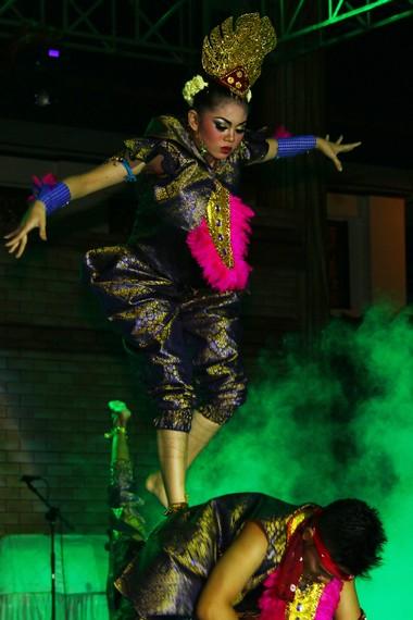 Pada bagian-bagian tertentu, para penari membentuk formasi berpasangan yang menyimbolkan kegembiraan masyarakat Ranau