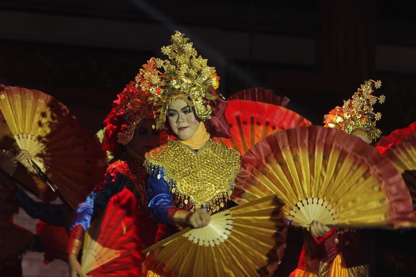 Tari Kipas serumpun ditarikan oleh delapan orang penari yang semuanya perempuan