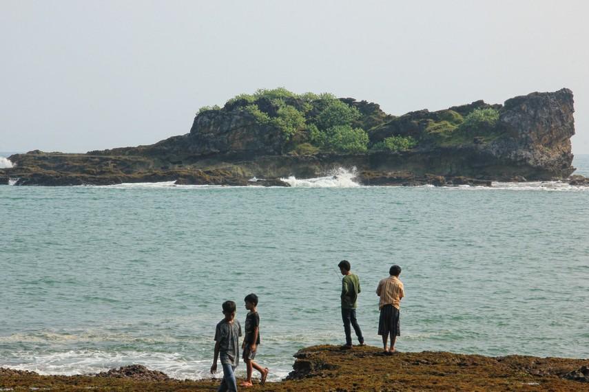 Masyarakat disini percaya bentuk Pulo Manuk menyerupai paruh burung yang bengkok dibagian ujungnya