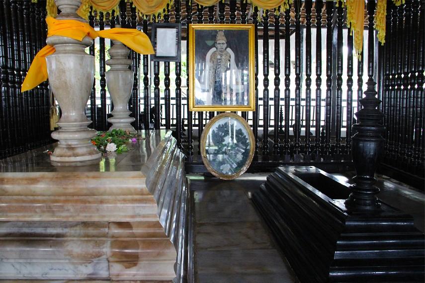 Kompleks pemakaman keluarga Kesultanan Kutai ini muncul hampir bersamaan dengan berdirinya kota Tangga Arung (Tenggarong)