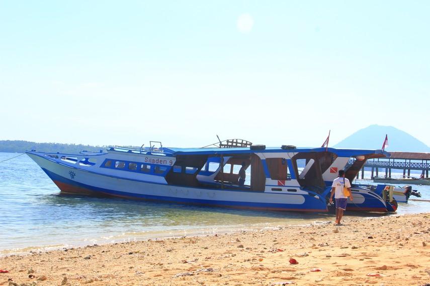 Untuk bisa menikmati kecantikan Pulau Siladen, wisatawan bisa melakukan perjalanan dari pelabuhan di Kota Manado