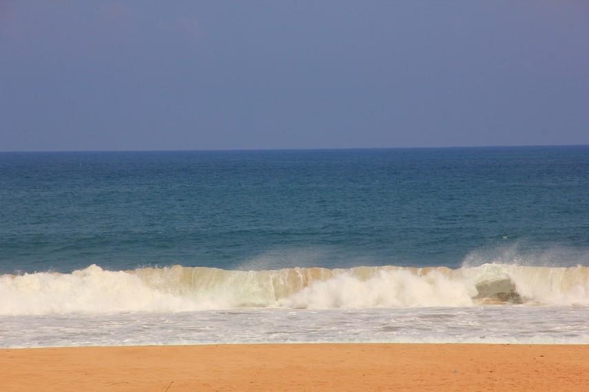 Selain memiliki pasir yang lembut, Pantai Pasir Putih Ujung Genteng juga memiliki ombak yang besar khas laut selatan Jawa