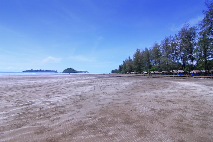 Pulau Pisang Ketek dan pulau Pisang Gadang terlihat menghiasi hamparan laut di pantai Air Manis