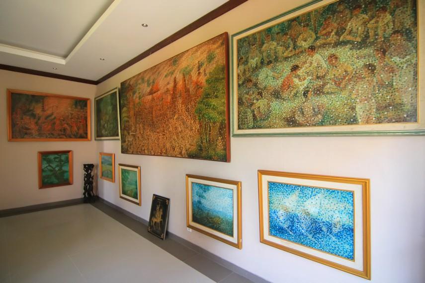 Gradasi warna pada lukisan dihasilkan dari perpaduan banyak titik yang memerlukan ketelitian tinggi