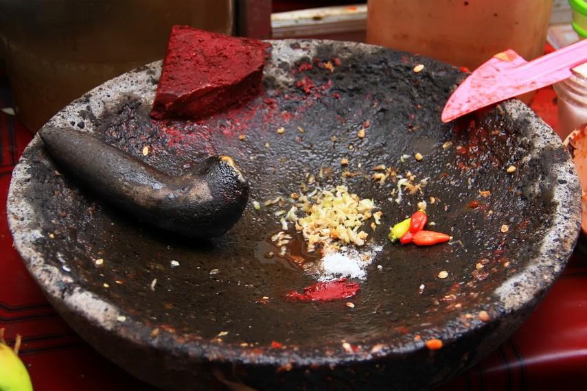 Kekhasan rujak Buleleng ada pada tambahan cacahan pisang batu pada ulekan bumbunya yang memberikan rasa kelat
