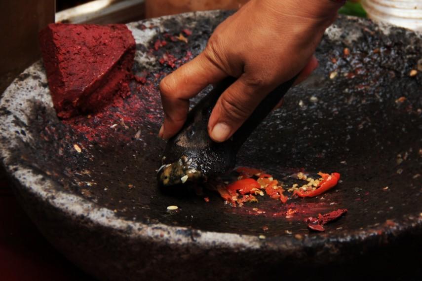 Sebagai bumbu, digunakan terasi bakar, garam, jahe, dan cabai rawit besar