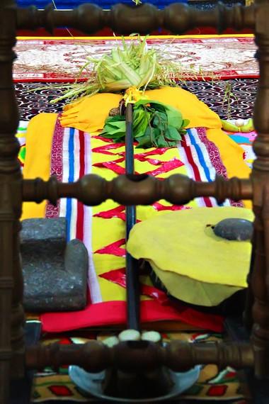 Tiang Ayu sebelum didirikan, diapit dua pusaka, Gong Raden Galuh dan Batu Tijakan