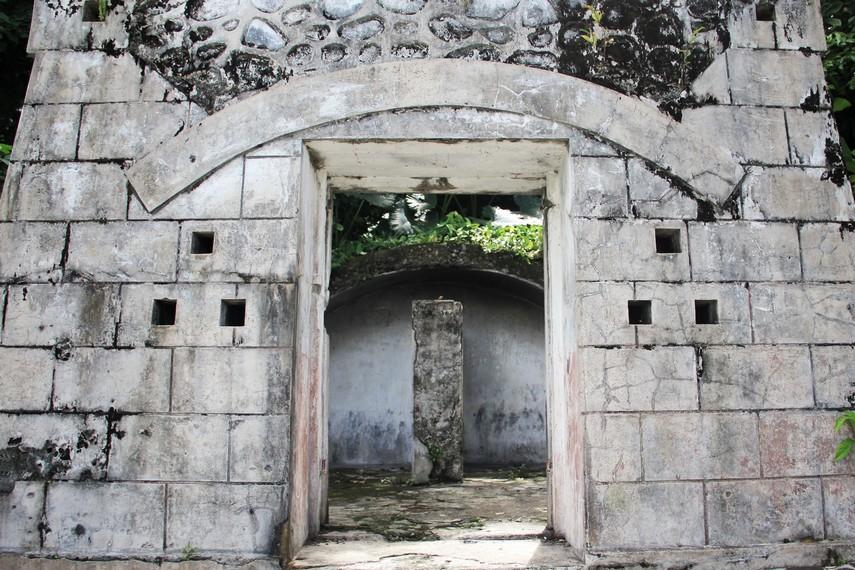 Salah satu bangunan bunker Jepang yang sebagian bangunannya telah runtuh