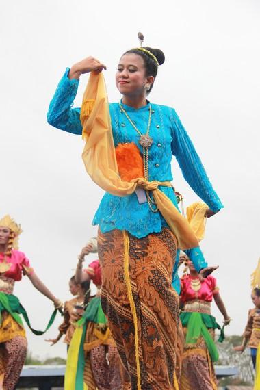 Penari wanita mengenakan baju taqwo untuk atasan dan tapik sebagai bawahan