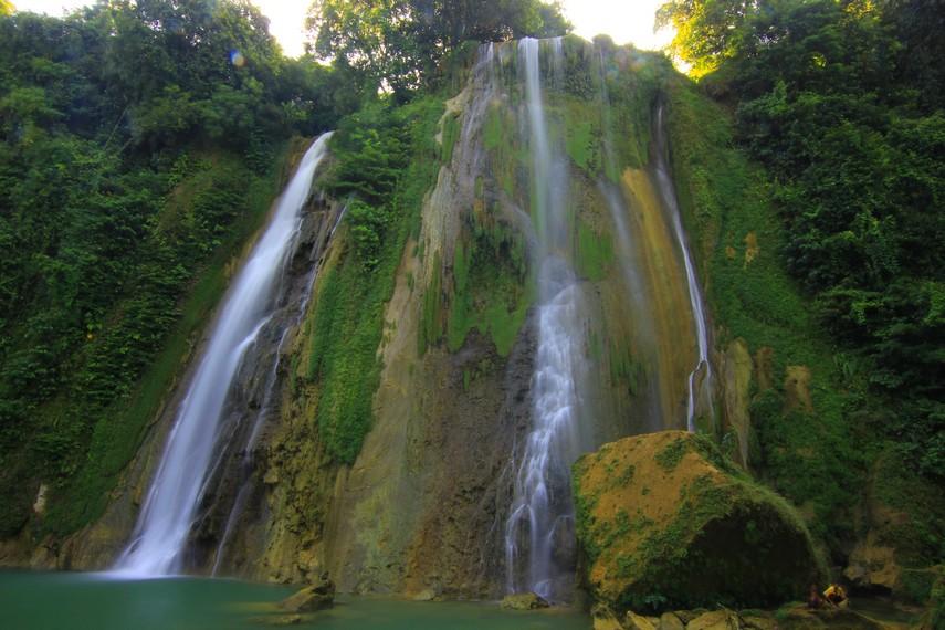 Air Terjun Cikaso memiliki 3 air terjun yang berdampingan dan menempel pada permukaan dinding batu