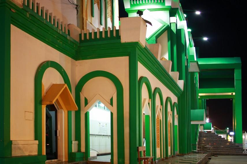 Arsitektur masjid raya ini terlihat begitu megah dan indah untuk masuk ke halaman masjid pengunjung harus melewati 15 anak tangga