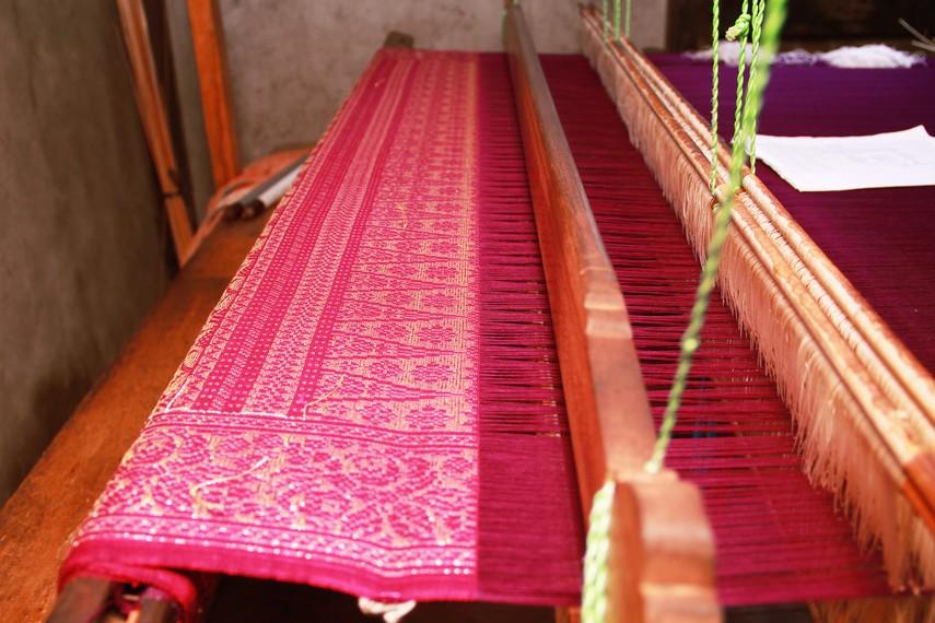 Harga tenun Sambas biasanya tergantung dari kain, bahan, dan motif apa yang dibuat