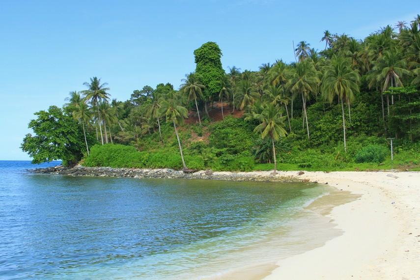 Selain pantainya yang berpasir putih, air pantai yang bening dan pemandangan laut lepas yang eksotis
