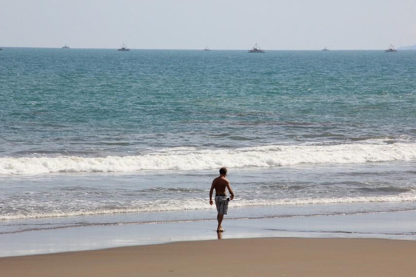 Pantai Citepus memiliki struktur pasir yang sedikit keras dan ombaknya juga besar