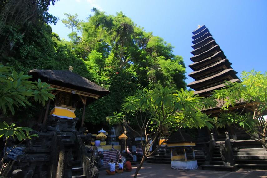 Pura Gua Lawah dan Pura Besakih merepresentasikan kepala dan ekor Naga Basuki, simbol keseimbangan siklus alam