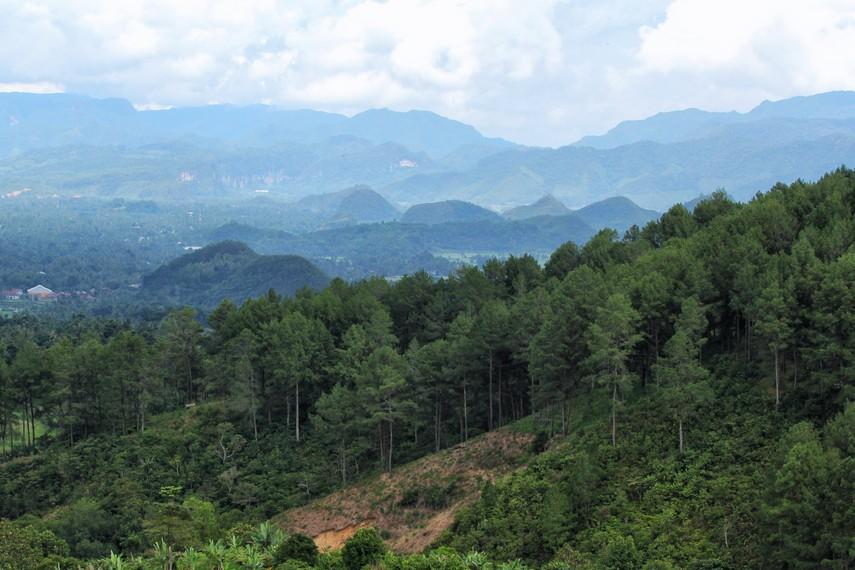 Panorama perbukitan di sekitar kota Payakumbuh dilihat dari puncak Ampangan