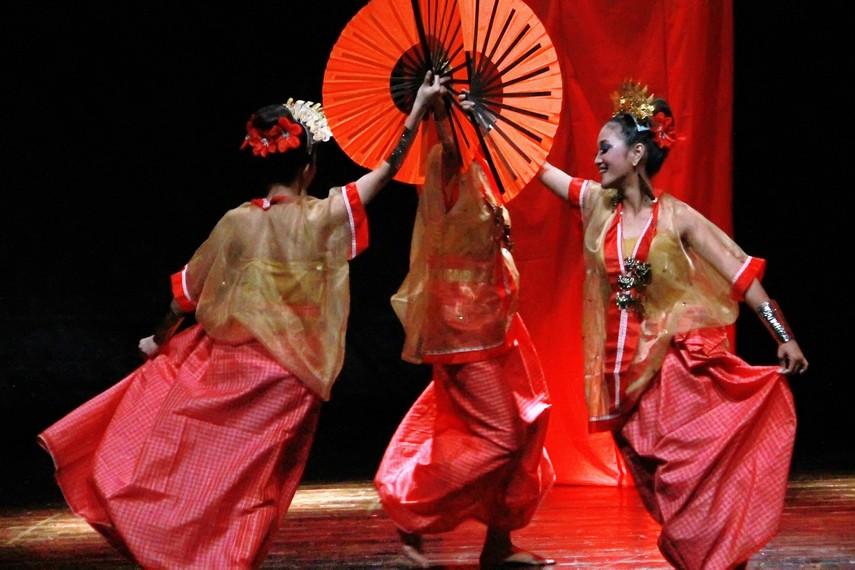 Gerakan tari pakarena merepresentasikan perempuan Bugis yang pandai berias, menenun, dan patuh terhadap suami