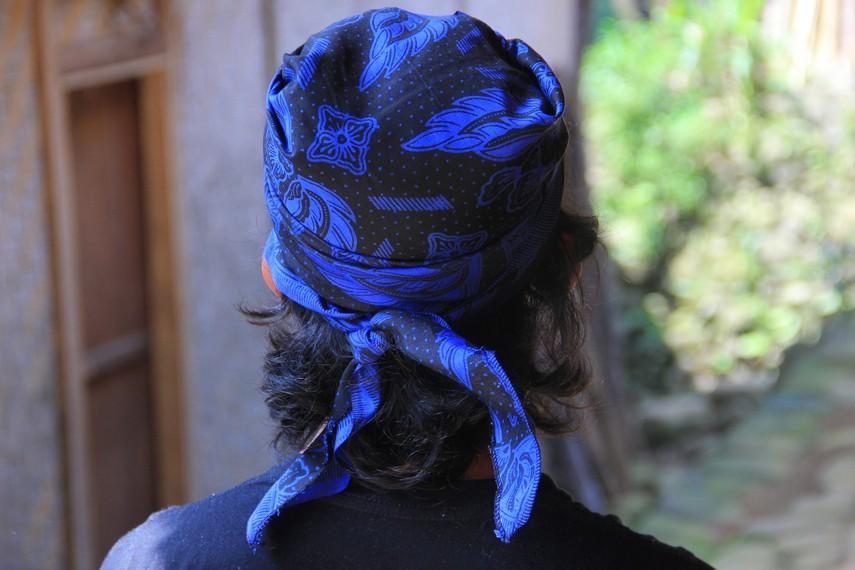 Kain ikat kepala yang menjadi pelengkap dari pakaian adat Suku Baduy digunakan sebagai penutup