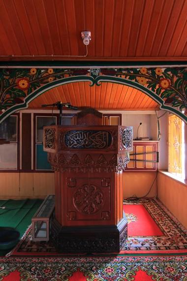 Hampir seluruh bagian bangunan masjid Tuo Koto Nan Ampek berbahan dasar kayu