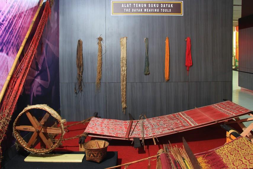 Alat tenun suku Dayak menjadi salah satu benda yang dapat dilihat pengunjung di museum ini