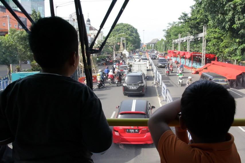 Pemandangan jalan-jalan utama di Kota Solo menjadi sajian utama menaiki bus tingkat werkudara ini
