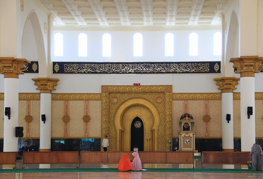 Masjid Raya Mujahidin mampu menampung sekitar 9 ribu jamaah ini memiliki bangunan dua lantai