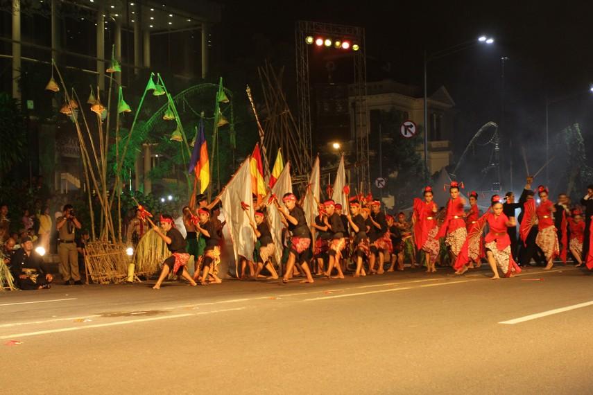 Perpindahan Karaton Kartasura ke Surakarta menjadi tema yang diangkat dalam tarian kolosal ini
