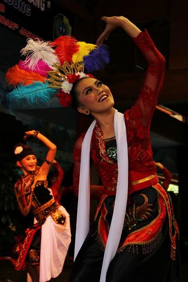 Penari pentul umumnya perempuan dengan mengenakan kebaya berwarna cerah, dilengkapi dengan selendang putih, dan topeng yang dikenakan di waktu-waktu tertentu