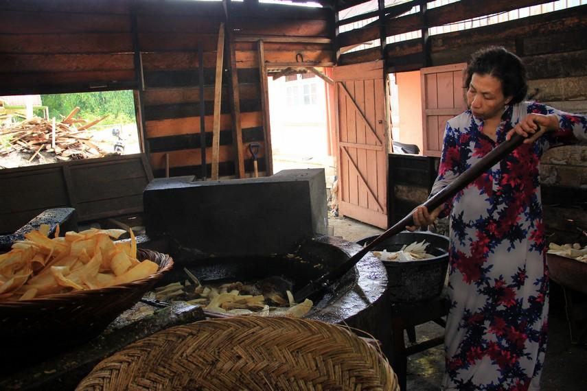 Industri Karupuak Sanjai bermula dari tiga orang nenek pengrajin keripik singkong yang berjualan di Pasar Atas, Bukittinggi