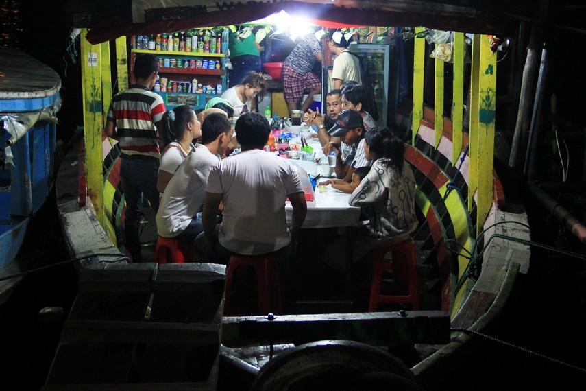 Menikmati kuliner dari atas perahu, salah satu fasilitas yang ada di Pasar Malam Sungai Musi