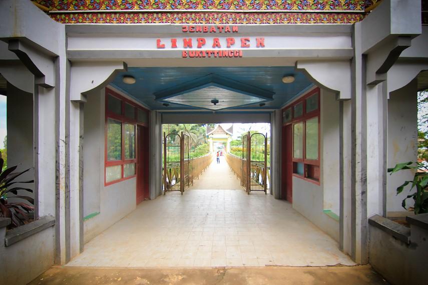 Jembatan ini menghubungkan Taman Margasatwa dan Budaya Kinantan dengan Benteng Fort de Kock