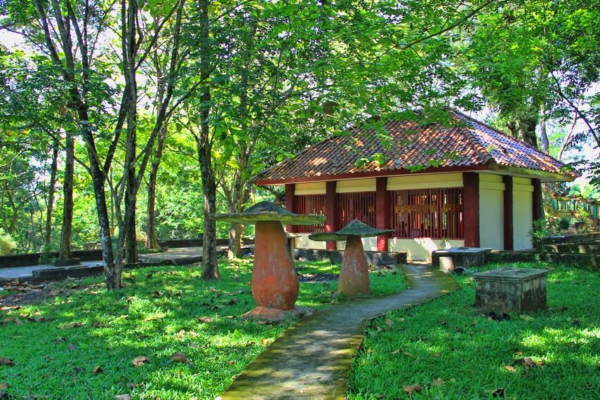 Sejak abad XIV, Bukit Siguntang dianggap sebagai tempat suci dan penuh kharisma oleh Kerajaan Sriwijaya