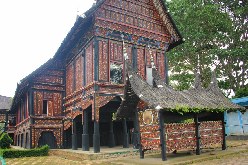 Di kebun binatang ini juga berdiri sebuah bangunan rumah adat Minangkabau yang disebut Rumah Adat Baanjuang