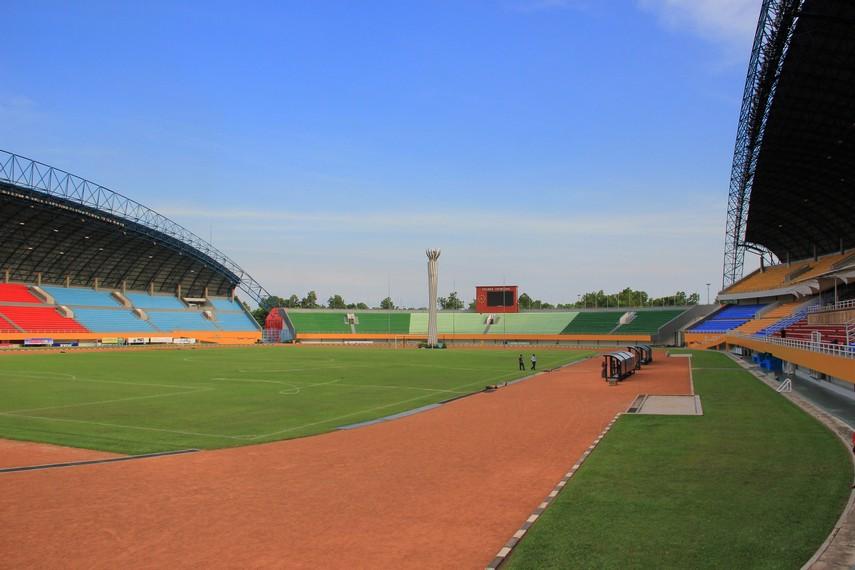 Terdapat empat tribun di dalam stadion, tribun utama dilindungi atap yang ditopang oleh dua lengkung baja berukuran besar