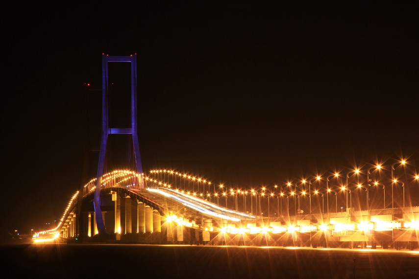 Keindahan Jembatan Suramadu yang diterangi cahaya-cahaya lampu yang menerangi saat malam hari tiba