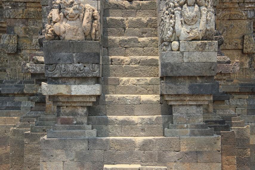 Pada bagian kaki candi dihiasi oleh relief yang menggambarkan suatu cerita
