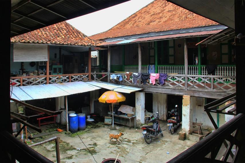 Kampung Kapitan berada di tengah pemukiman padat di tepi Sungai Musi yang berseberangan langsung dengan Benteng Kuto Besak