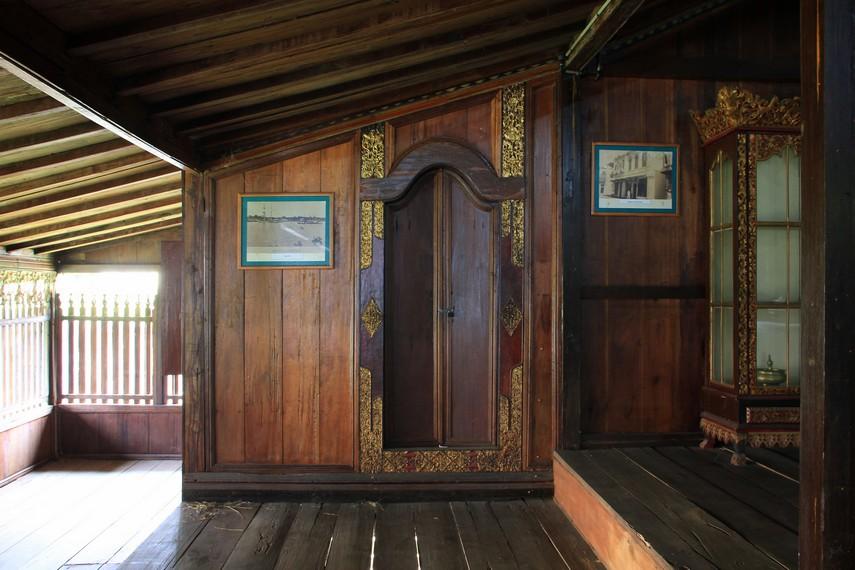 Bagian rumah yang lain seperti pintu, pagar, dan lantai terbuat dari kayu trambesi tanpa menggunakan satu pun paku