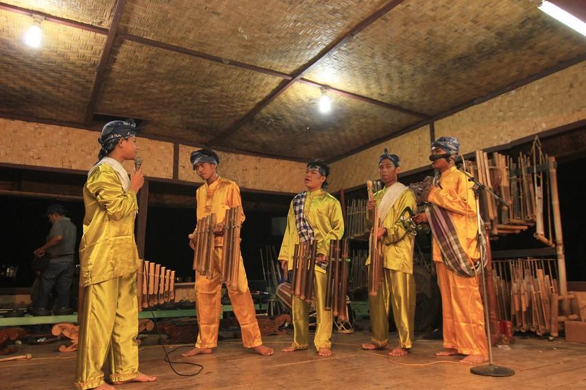 Para seniman sedang mementaskan seni peran dengan menggunakan Calung Jinjing di panggung Kampung Budaya Sindang Barang