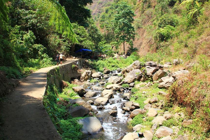 Sepanjang perjalanan, mata pengunjung akan dimanjakan dengan keelokan pemandangan hijau lereng pegunungan