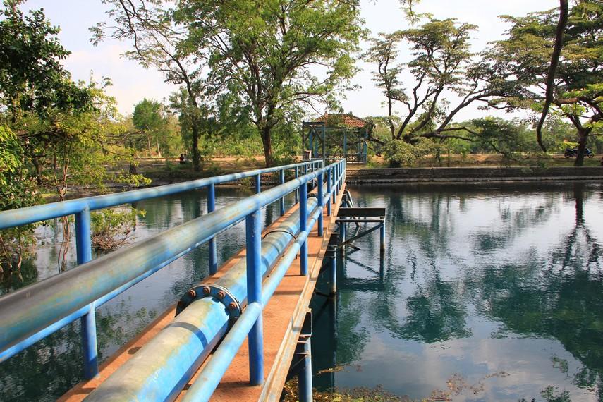 Air dari danau dialirkan ke masyarakat sekitar untuk keperluan rumah tangga lewat bendungan yang ada di bagian depan danau