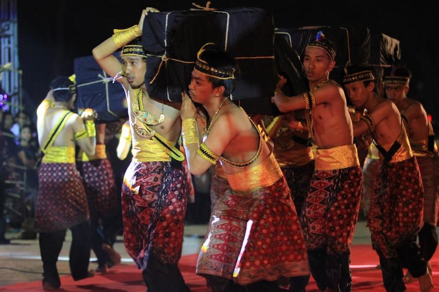 Pertunjukan teatrikal menjelaskan bagaimana proses kedatangan Dapunta Hyang dan pasukannya ke Palembang yang menjadi cikal bakal Kerajaan Sriwijaya