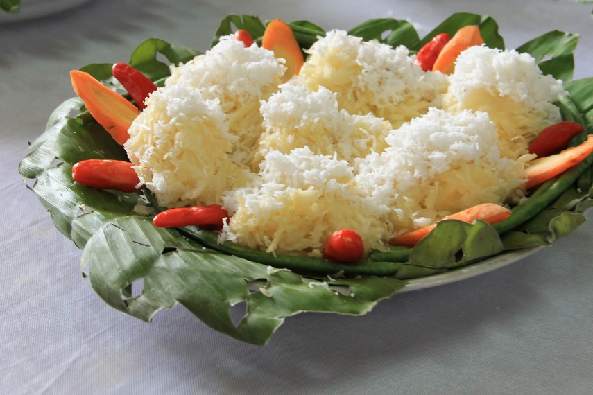 Soal rasa, kacimuih memiliki paduan rasa gurihnya singkong dan kelapa parut yang berpadu dengan campuran gula putih diatasnya