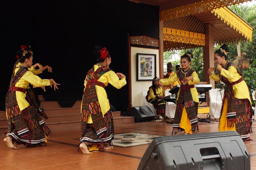 Di atas panggung para penari ini melakukan aksi gerakan-gerakan lenggak lenggok sambil sesekali membentuk lingkaran