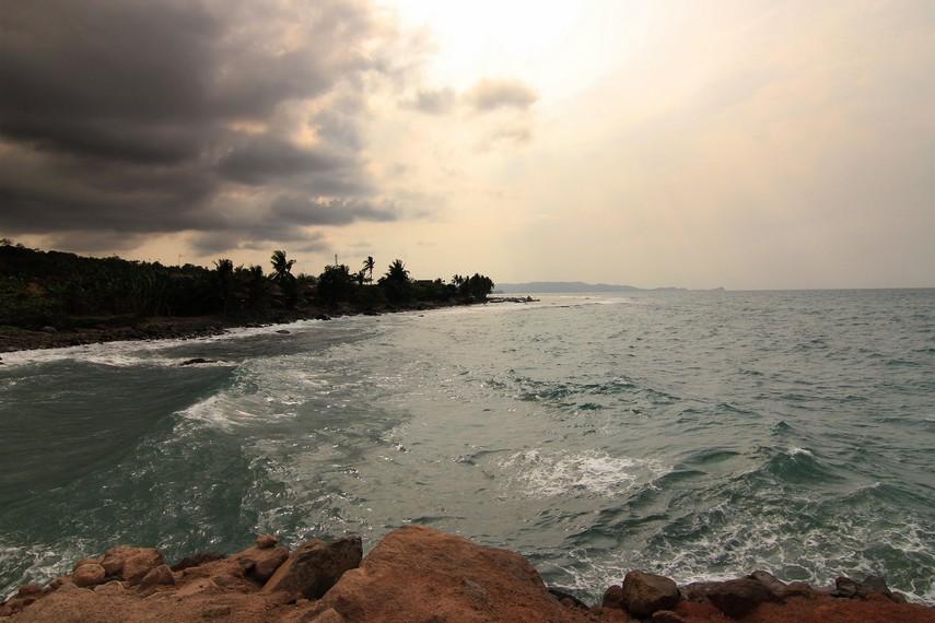 Di pantai ini pengunjung disajikan dengan pemandangan birunya air laut dan pepohonan di sekeliling pantai
