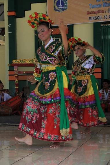 Tari Ronggeng Blantek merupakan tari Betawi yang dipengaruhi unsur Tionghoa