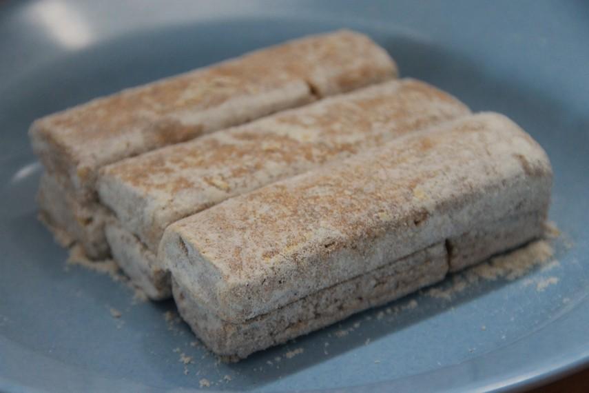 Kue geplak biasanya dipasarkan dengan harga sekitar Rp50.000 sampai Rp100.000 tergantung besar kecil ukuran kue
