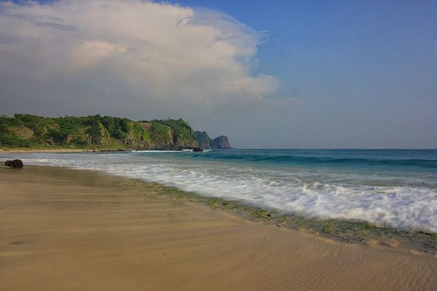 Pantai Pasir Panjang memiliki ciri khas garis pantainya yang panjang